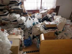 阿賀野市でゴミ屋敷現場対応/中身入り商品も多数発見