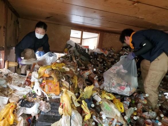 大量のペットション・・・新潟市ゴミ屋敷かたづけ
